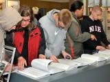 Sonderzüge in den Tod - Schüler studieren die Gedenkbücher